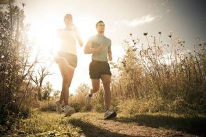 Pärchen beim Laufen am Feldweg