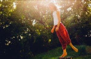 Frau mit roter Hose bei ihrer Yoga Übung