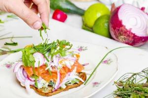 Weißer Teller mit Lachs und Gemüse