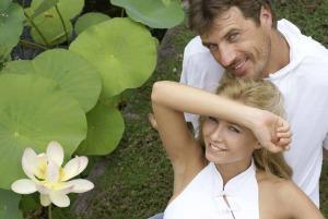 Ein lächelndes Paar liegt auf der Wiese