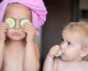 Zwei Kinder beim Spielen mit den Wellnessangeboten