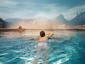 Zwei Frauen in einem beheizten Pool mit Blick auf den See