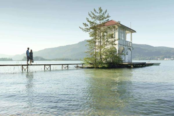 Bootshaus mit einem Zugangssteg wo sich zwei Personen befinden