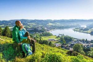 Pärchen bei der Pause der Wanderung mit Blick auf die Donau
