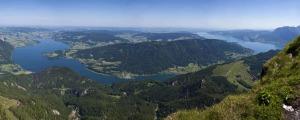 Ausblick auf den Wolfgangsee samt Landschaft mit Bergen und Wäldern