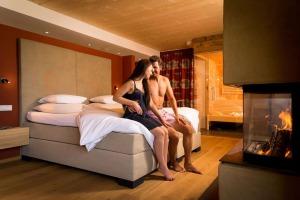 Pärchen gemeinsam auf dem Bett in ihrem Hotelzimmer vom Hotel Der Löwe