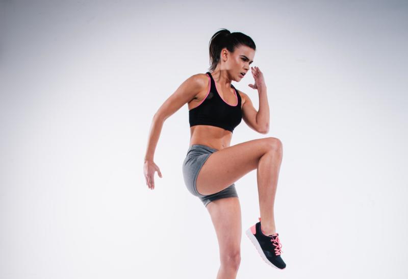 Frau mit Sportbekleidung bei ihrer Fitnessübung