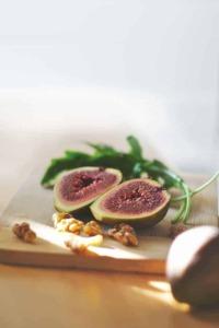 Gesunde Ernährung serviert auf ihrem Tisch