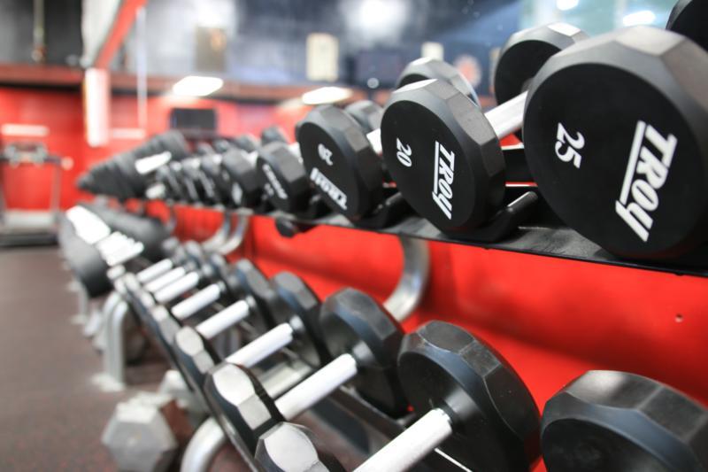 Aufgereihte Hanteln in einem Fitnessstudio