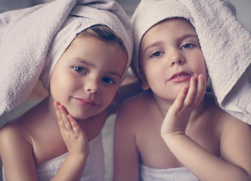 Zwei Kinder im Familienhotel mit Handtüchern auf dem Kopf