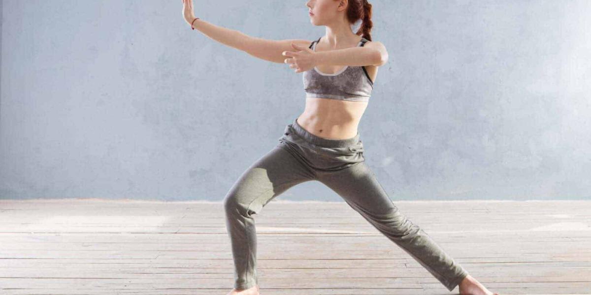 Frau im Trainingsoutfit bei ihrer Yogaübung