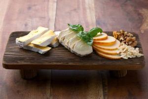 Köstliche Käseplatte nach einer Wandertour