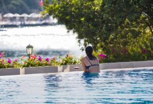 Entspannung und Erholung im Hotelpool im Wellnessurlaub