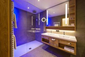 Design & Wellness Hotel Alpenhof Badezimmer