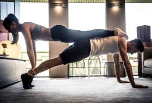 Paar beim gemeinsamen Fitness- und Krafttraining.
