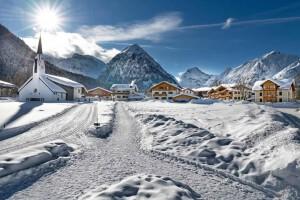 Langlaufen in traumhafter Umgebung zwischen verschneiten Bergen.