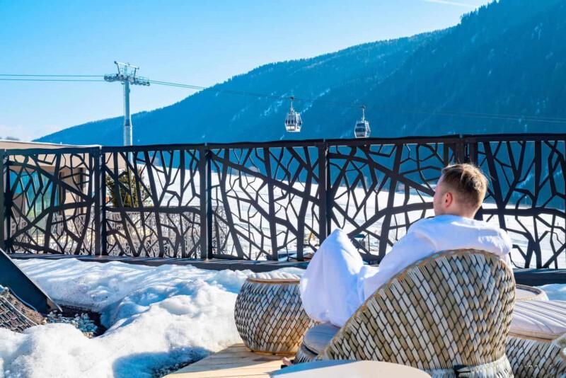 Junger Mann entspannt im Wellnessbereich nach dem Skifahren