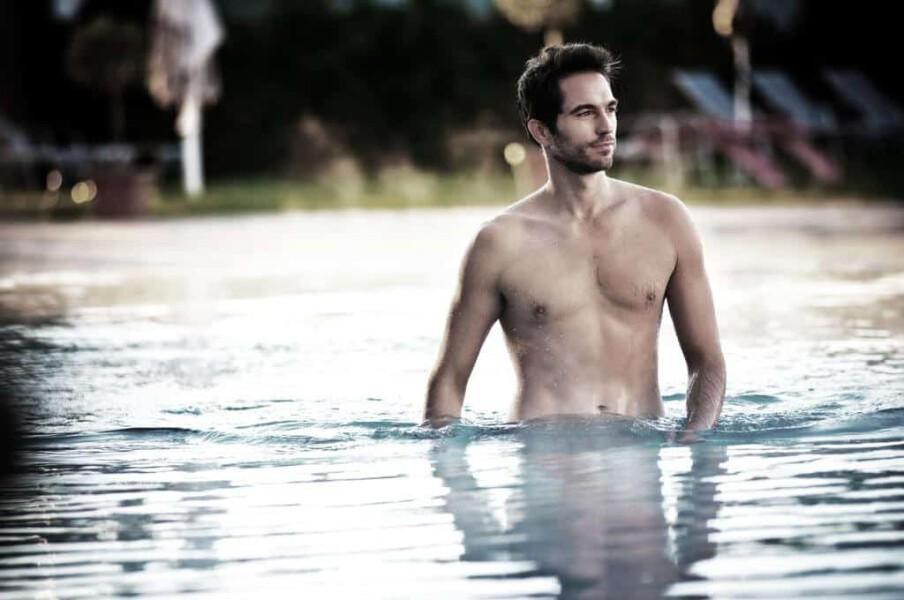 Man im pool