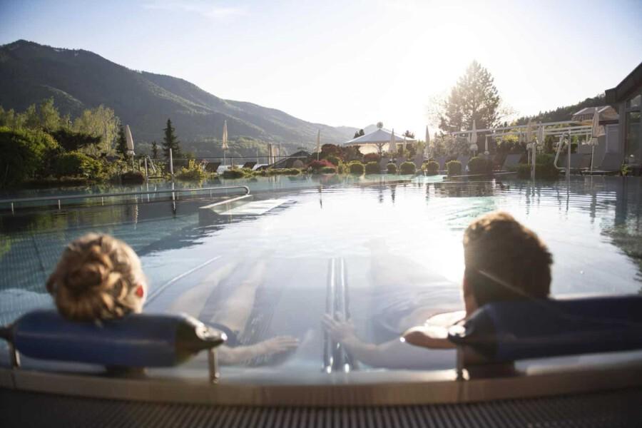 Ein Mann und eine Frau relaxen in ihrem Wellnessurlaub im Pool